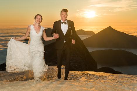 Norweska para wywindowała ślubną fotografię na niebotyczny poziom