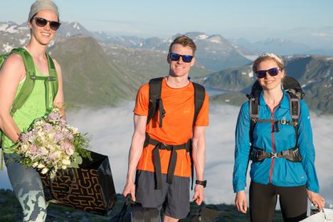 Wspinaczka zawiodła parę na wysokość 900 metrów nad poziom morza. Zdjęcie: Stan Serdjukov/ © fotograftromso.no